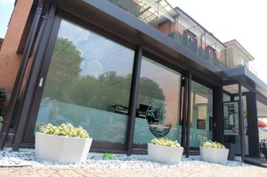 Alzanti-scorrevoli-Eku-per-ristorante-Dai-Monelli-Varese (6)